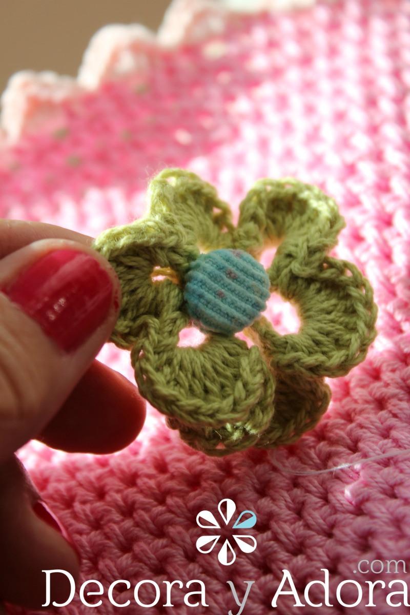 detalle  flor funda de termo a crochet
