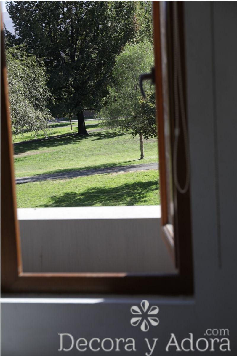 vista al jardín decoración dormitorio niños en tonos grises