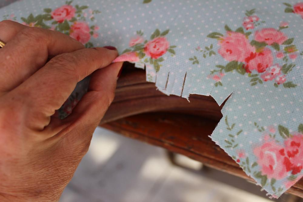 se corta el genero en las puntas para tapizar
