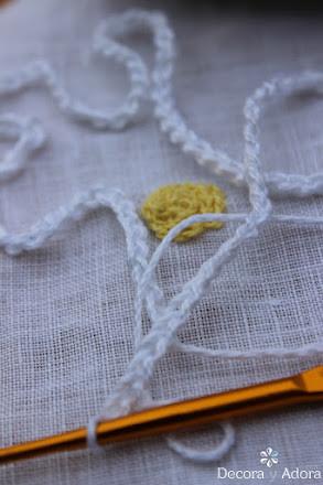 como hacer una aplicación una margarita a crochet