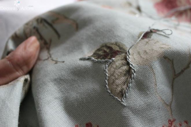 restaurar banqueta pintando de blanco las patas y lindo tapiz bordado a mano