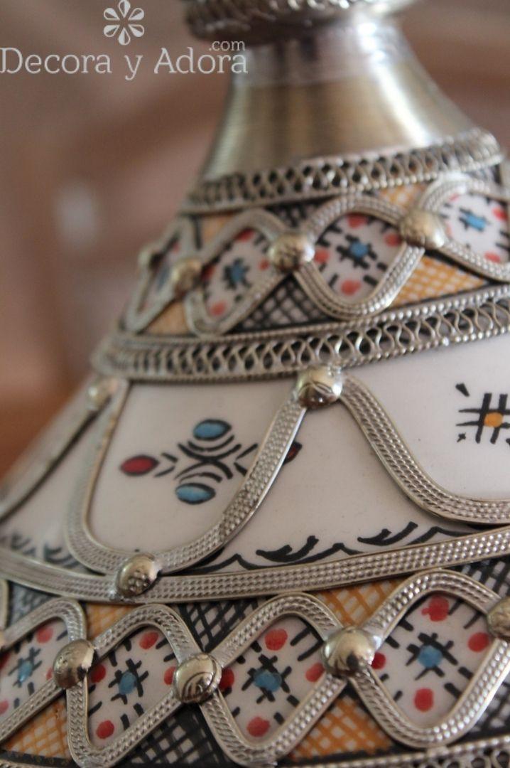 Tajine  de cerámica marroquí policromado con cuero, hueso de camello, piedras y superposición de metal con tapa de superposición cónica. La parte inferior es un cuenco circular pintado a mano con diseños moriscos en azul y blanco y la parte superior del tajín tiene una forma distintiva de cono y está cubierta con filigrana plateada y hueso de camello. Hecho a mano y pintado a mano con diseños moriscos por artesanos de Fez Marruecos.