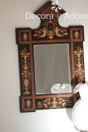comedor estilo clásico con espejo antiguo con marquetería
