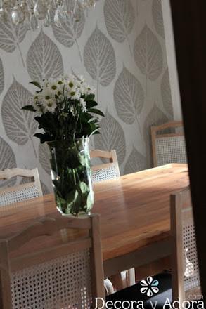 comedor estilo clásico con bello papel mural