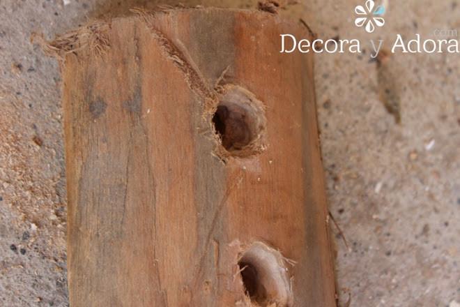 agujeros corona de adviento rústica con un pedazo de tronco de madera
