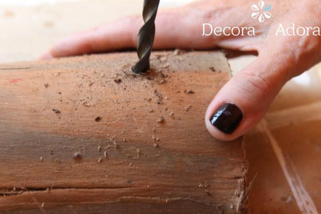 hacer hoyos corona de adviento rústica con un pedazo de tronco de madera