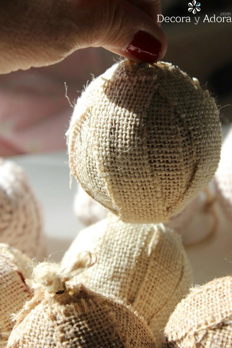 rústicas bolas de navidad con arpillera