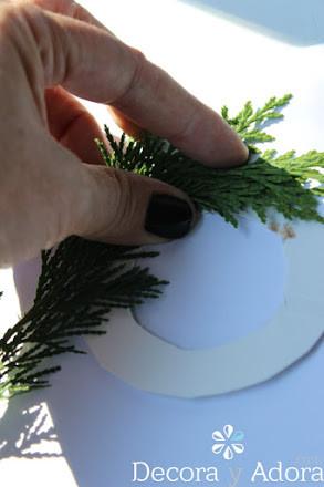 como hacer un envoltorio navidad con ramas de pino