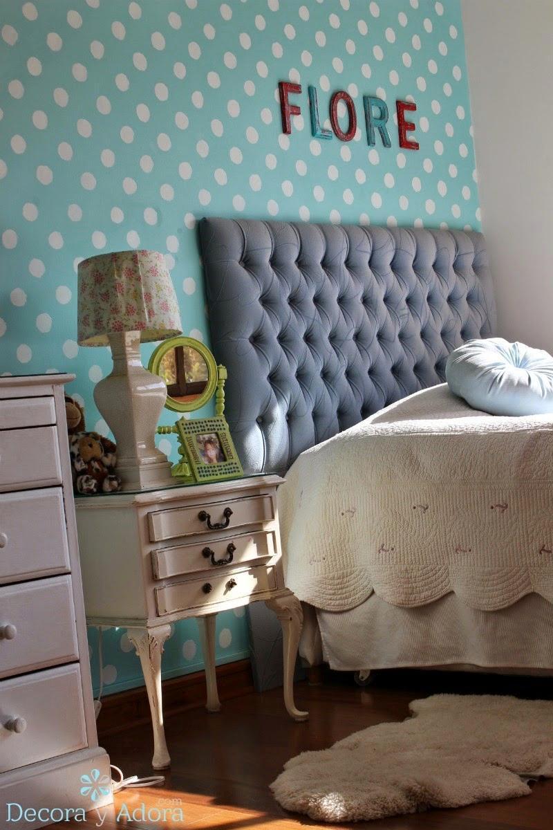 dormitorio niña con pared pintada de lunares