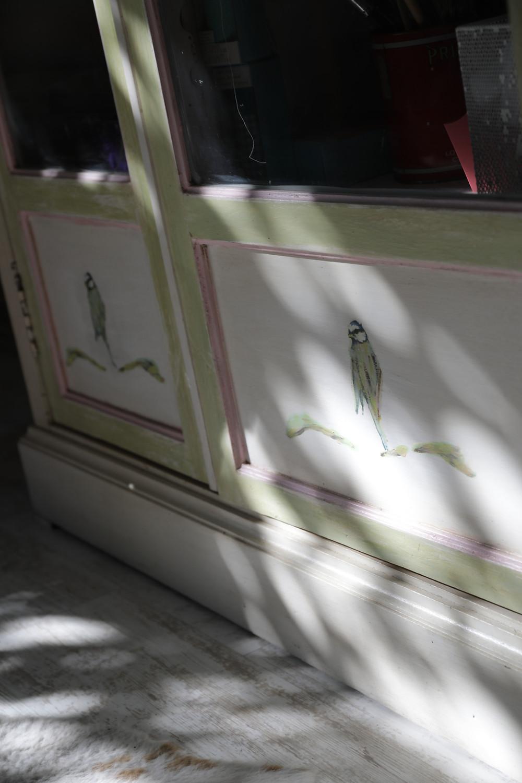 detalle puertas en mueble con decoupage