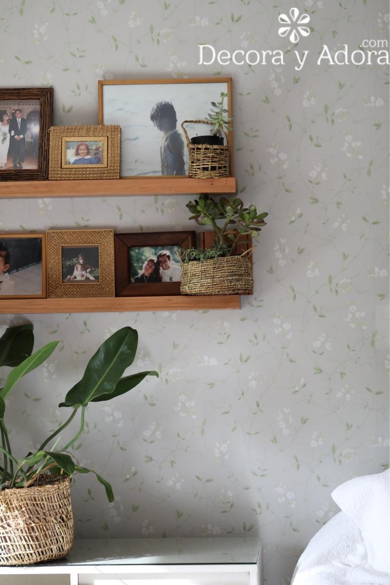 repisas decoradas con fotos y plantas dormitorio matrimonial