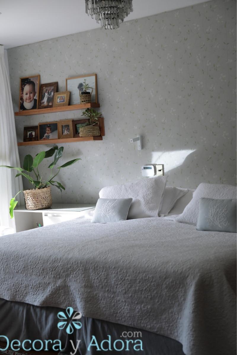 lindo papel mural Sanderson en dormitorio matrimonial