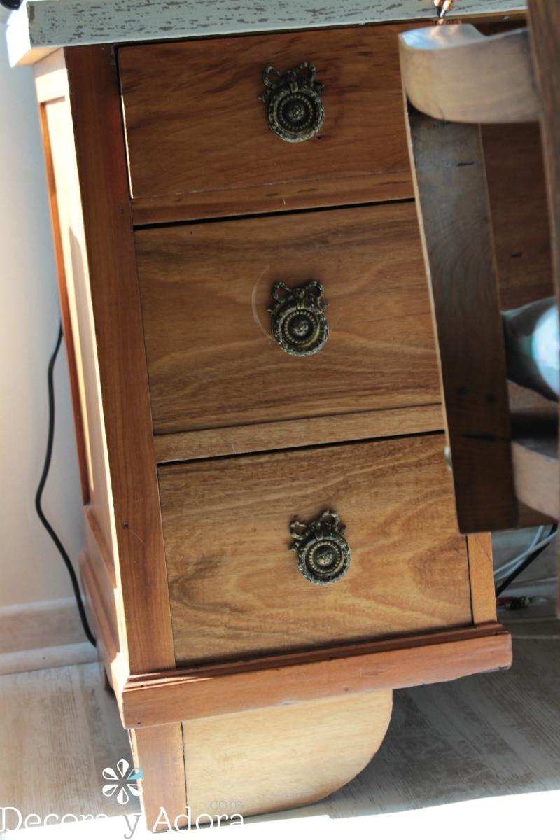 detalle de escritorio con cubierta que parece mármol