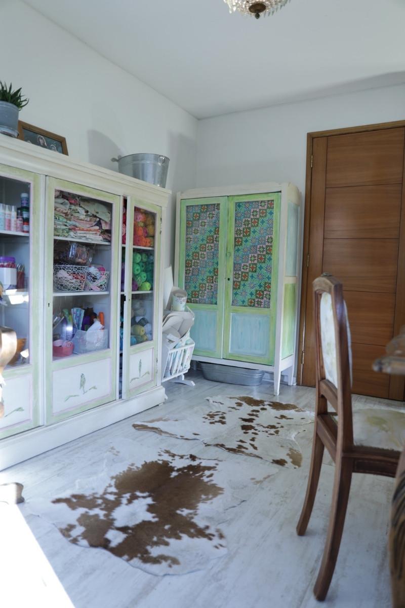 mueble con cortina colorida a crochet