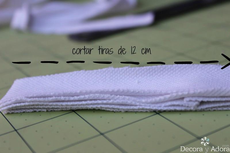 cortar tiras de 12 cm para alfombra de nudos con retazos de tela