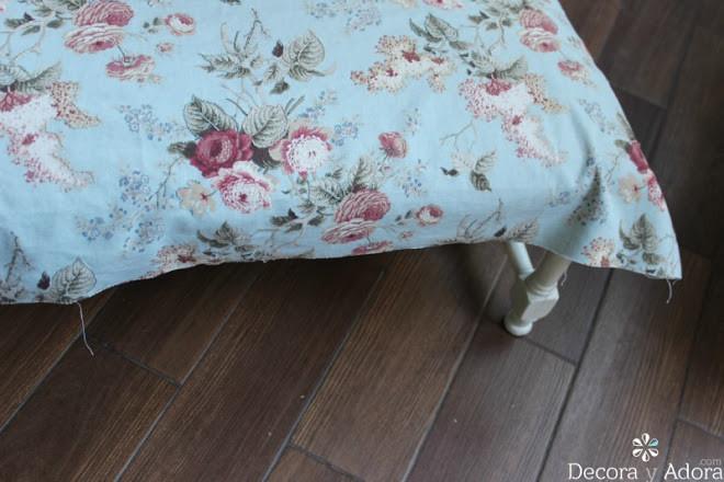 restaurar banqueta pintando de blanco las patas y bordando tapiz combinado con colores habitación
