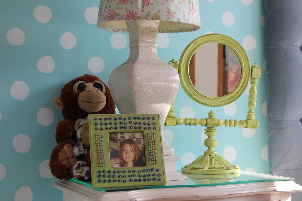 dormitorio de niña con pared pintada de lunares turquesa