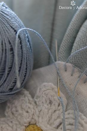 hacer una aplicación una margarita a crochet, solo tejer una cadeneta para un cojín