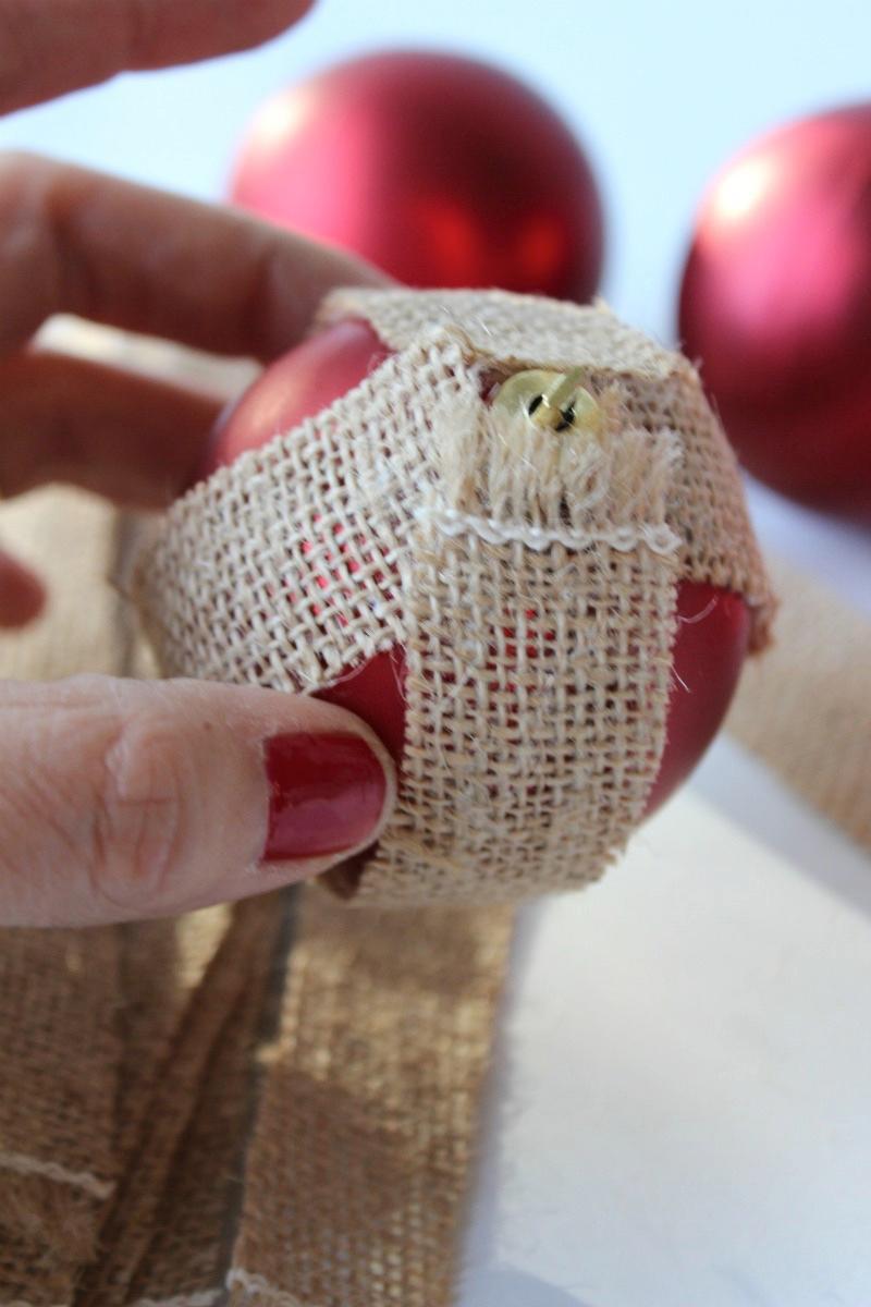envolver con tiras de arpillera bolas de navidad