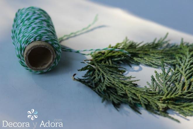 como hacer un bonito envoltorio navidad con ramas de pino