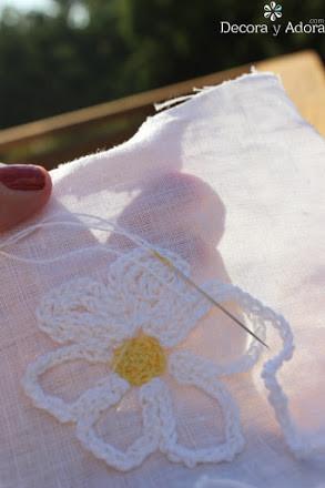 hacer una aplicación una margarita a crochet, tejer una cadeneta
