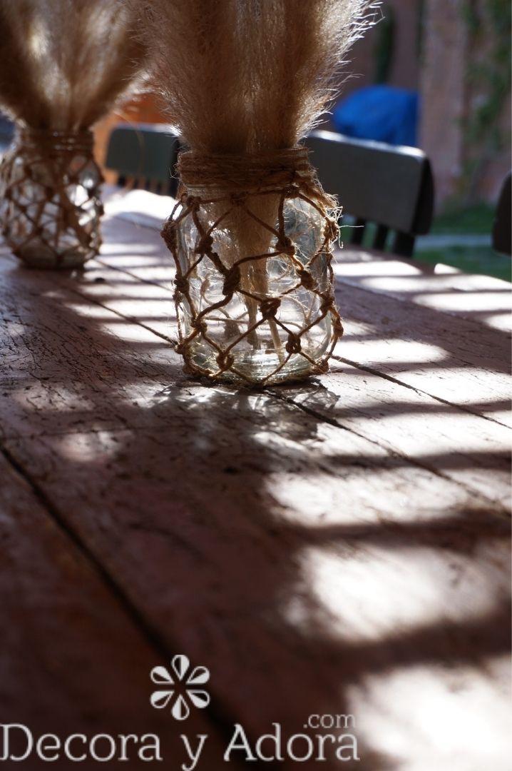reutilizar frascos como centros de mesa con macramé