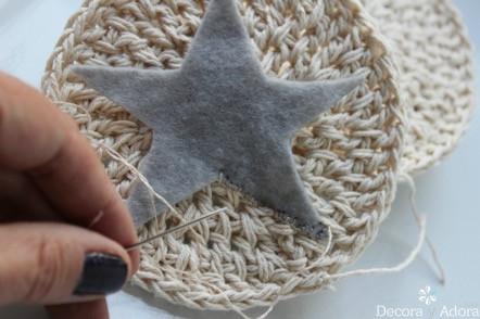 ponerle estrella de fieltro para posavasos a crochet