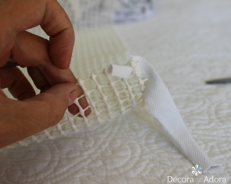 amarrar la tela en alfombra de nudos con retazos de tela