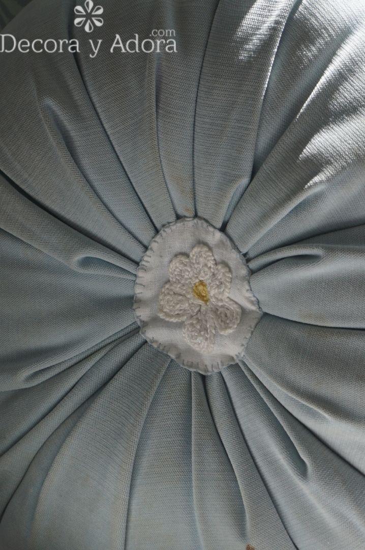 hacer una aplicación una margarita a crochet, solo tejer una cadeneta y hacer la flor, fácil y sencillo para cojín