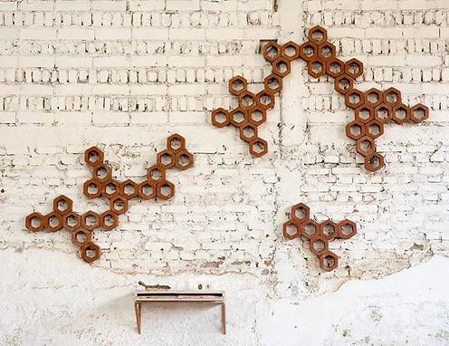"""""""Comunidad"""" Ladrillos, lápices, abeja disecada, cartón, madera Dimensiones variables 2016"""