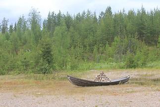 """""""Esperando la marea"""" Trabajo en colaboración don Dietmar Vorwoold Bote y piedras 5 x 1 x 1 mt Oranki International Symposium, Finlandia  2013"""