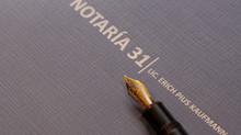 Un notario es un profesional en Derecho investido de fe pública por el Estado
