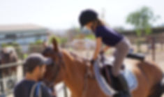 Alumna montando su caballo de clase