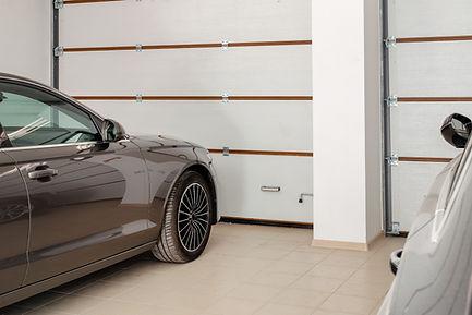 Voiture dans un garage