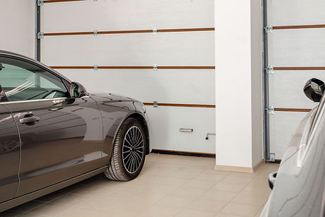 Автомобиль внутри гаража
