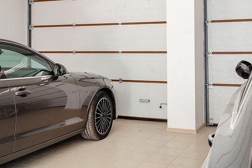 Auto in einer Garage