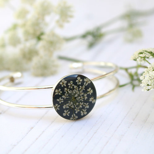 Silver bangle in Charcoal grey, with real Queen Anne's Lace flower