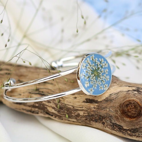 Silver bangle in Sky blue, with real Queen Anne's Lace flower