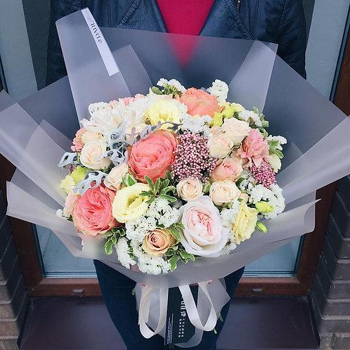 букет цветов с розой