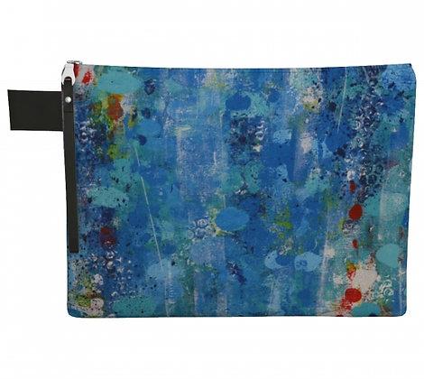 pochette en tissu bleu, produit dérivé de l'oeuvre abstraite de l'artiste peintre Gisèle Vivier