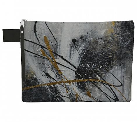 Pochette en tissu noir et or vu de face, produit dérivé de la peinture abstraite de l'artiste peintre Gisèle Vivier