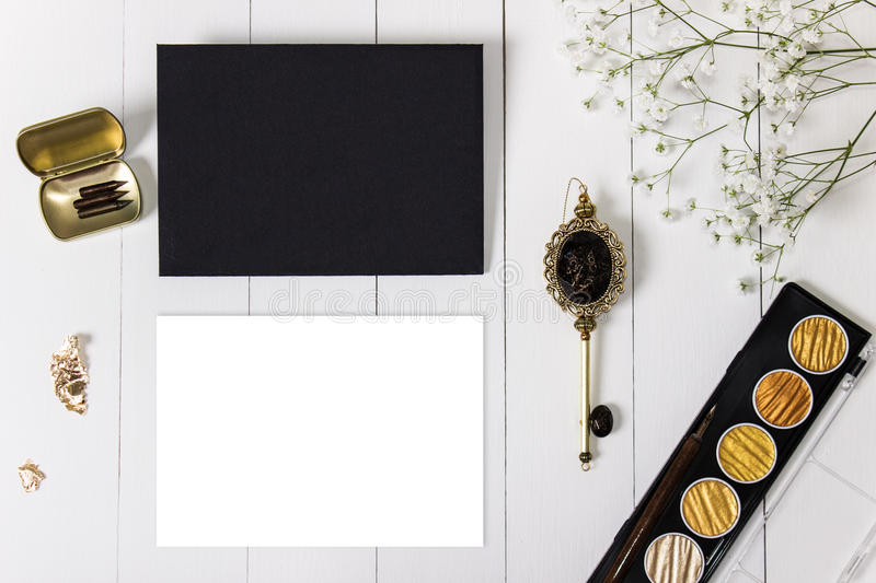 mockup-envelope-golden-ink-blank-card-flowers-black-nibs-pen-baby-breath-wedding-calligraphy-vintage