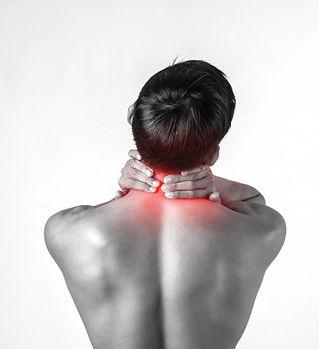 homem-muscular-usa-alcas-no-pescoco-para-aliviar-a-dor-isolada-no-fundo-branco_1150-2933.j