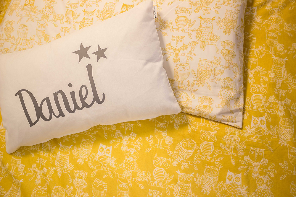 detalle ropa cama infantil y cojín personalizado