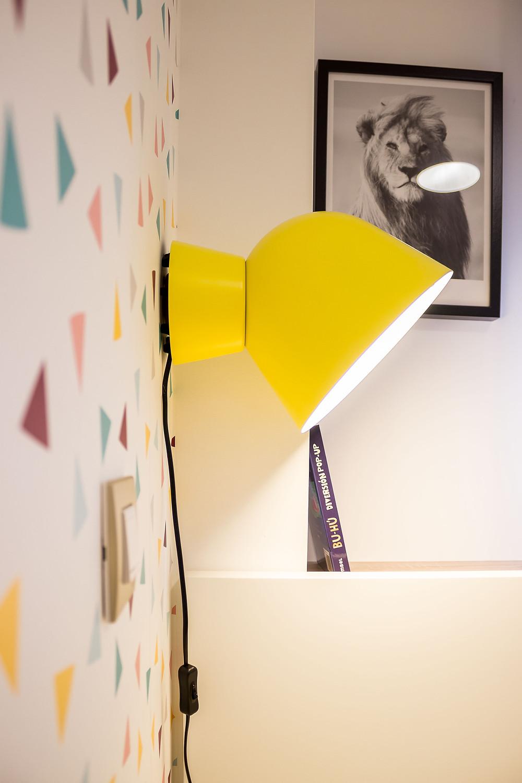 papel pintado aplique lampara noche amarillo, detalle cama ikea