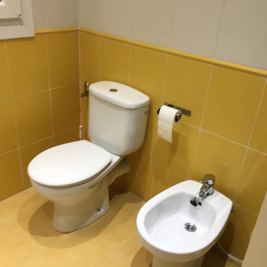 En muchos baños con una cámara normal o móvil no podemos coger en su totalidad el baño y nos quedan fotos como estas, o elijo el lavabo o elijo el inodoro. ¿ Solución?