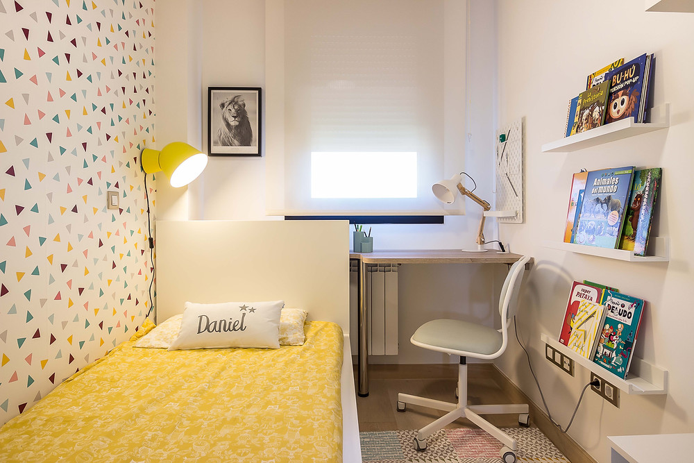 decoración dormitorio infantil, cama con textiles en amarillo , naranja, mesa estudio a medida