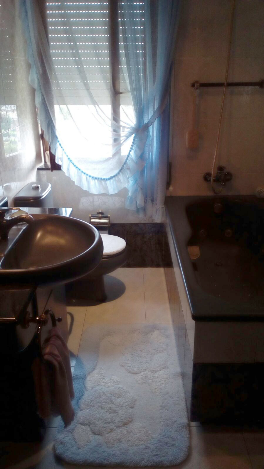 El baño antes de aplicar Home Staging, oscuro y de poca calidad FItyourhouse