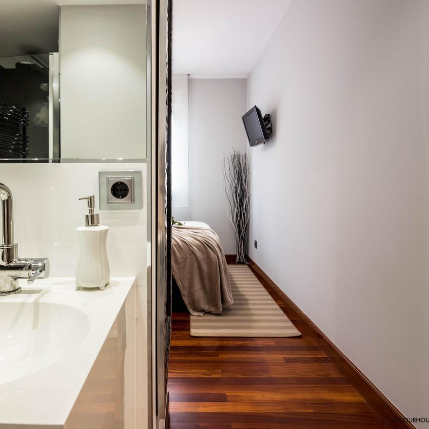 Este dormitorio principal se merece que le fotografíen desde sus mejores perspectivas. Parece salido de un hotel de lujo ¿ No os parece?