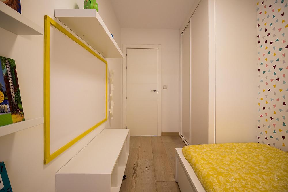 dormitorio infantil decoración diseño con mobiliario ikea y papel pintado